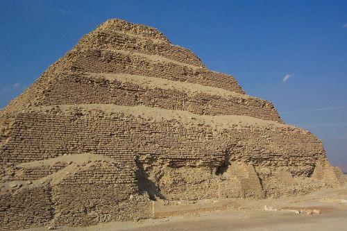 1200px-Saqqarah_Djoser_Mastaba